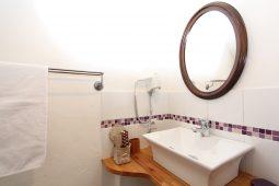 En-Suite of the Guestroom Romantique
