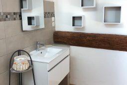 Badezimmer 1 mit Ablagemöglichkeiten