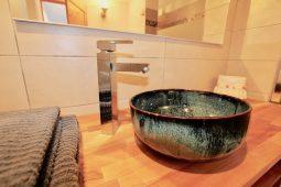 Badezimmer 2 mit handgearbeitetem Waschbecken